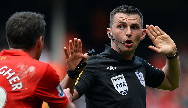 Michael-Oliver-manchester-derby--referee-2017